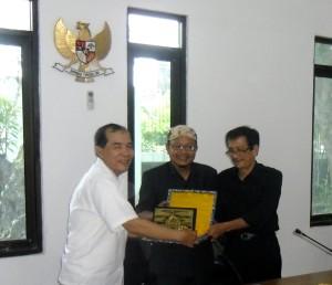 Anggota Dewan Perwakilan Rakyat Kota Cirebon, Drs. Salmon menyerahkan Cinderamata kepada  Ketua Komisi Informasi Provinsi Sumatera Utara, HM.Zaki Abdullah
