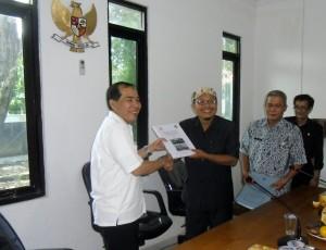 Ketua Komisi Informasi Kota Cirebon, Akbarudin Sucipto,S.Sos.I menyerahkan Cinderamata kepada Ketua Komisi Informasi Provinsi