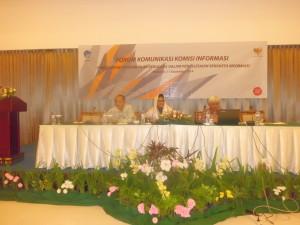 FORUM DISKUSI.    Paulus Widiyanto (Ketiga dari kanan) menyampaikan makalah  dalam forum Diskusi Komunikasi Informasi.