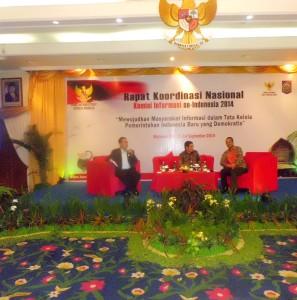 Diskusi. Dr. Rumadi selaku moderator memimpin diskusi dalam Seminar yang menampilkan pembicara Abraham Samad (KPK) dan Hamdan Zoelfa (MK).