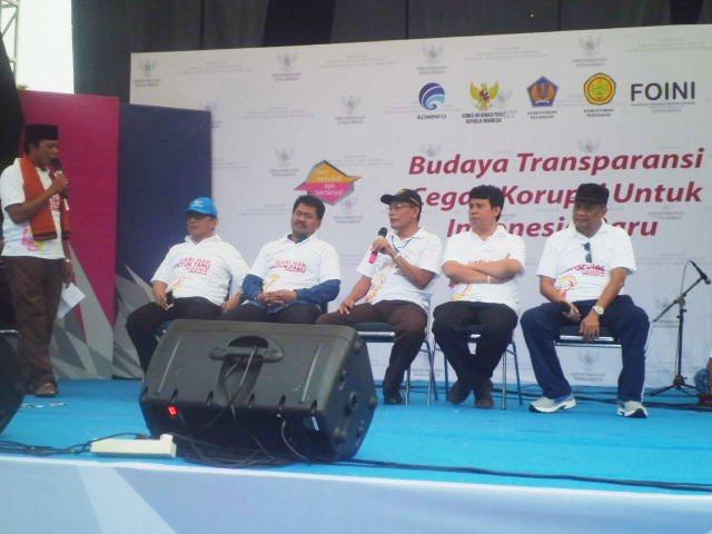 "DISKUSI. Abdulhamid Dipopramono, Ketua Komisi Informasi  Pusat RI  (Duduk paling tengah)   menjawab pertanyaan dari pemandu acara pada Diskusi Publik ""Budaya Transparansi Cegah Korupsi untuk Indonesia Baru""."