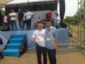 FOTO BERSAMA.   Mardeko (Komisioner KI) dan Dadang Kusnandar (berpeci) peserta dari Kota Cirebon, meraih  Juara pertama Lomba penulisan opini keterbukaan informasi  Publik Tingkat Nasional Tahun 2014.