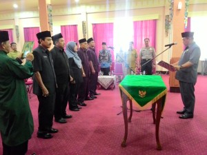 Walikota Cirebon Nasirudin Aziz SH ketika melantik anggota Komisioner Komisi Informasi Kota Cirebon Periode 2016-2020 di ruang Adipura Balaikota Cirebon.